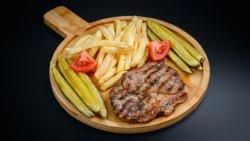 Ceafă de porc la grill cu cartofi prăjiți și salată image
