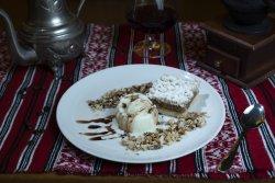 Plăcintă cu mere, nucă, inghețată de vanilie image