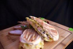 Sandwich cu piept de curcan afumat image