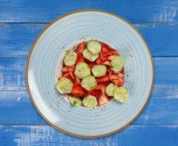 Salată de roşii şi castraveţi image