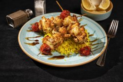 Frigărui de somon și calamari cu orez image