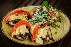 Omletă cu humus cu ardei copt și ciuperci image