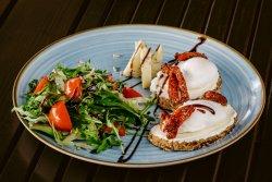 Ouă poșate cu cremă de brânză, blue cheese și roșii uscate  image