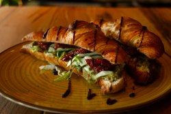 Croissant cu guacamole cu roșii uscate  image