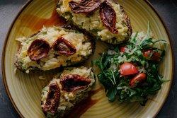 Omletă cu guacamole și roșii uscate image