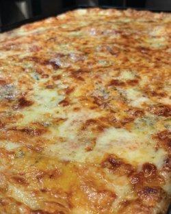 Pizza Family Quatro Formaggi + o băutură gratis image