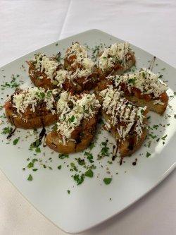 Bruschette cu roșii, busuioc și brânză telemea