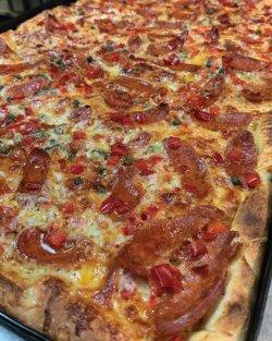 Pizza Family - Picantă + o băutură gratis image