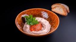 Fasole bătuta cu ceapă caramelizată și pâine prăjită image