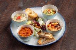 Platou cu salată de vinete, hummus, zacuscă și guacamole image