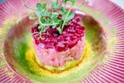 Tartar de ton cu sfeclă roșie, cremă de avocado, cremă aioli image
