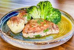 Ton la grill cu  cartofi și brocoli image