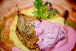 Pulpă de rață confiată, piure de cartofi cu trufe și sos de hrean cu sfeclă roșie image