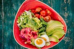 Salată cu somon și avocado image