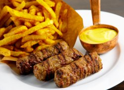 3 Mici cu Muștar și Cartofi Prăjiți image