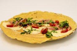 Clătită zăpăcită cu prosciutto, mozzarella, roșii cherry și rucola image