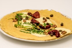 Clătită zăpăcită cu mozzarella, rucola, roșii confiate și nucă image