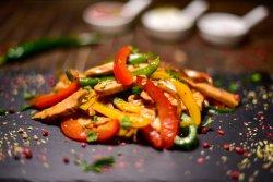 Pui cu legume la wok image
