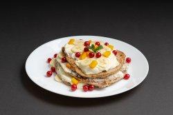 Pancakes de ovăz cu cremă de brânză și fructe proaspete image