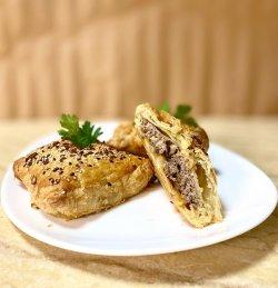 Plăcintă cu carne de vită și ciupercuțe la tigaie image