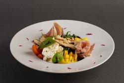 Salată de pui cu mango și prosciutto crudo și piept de pui image