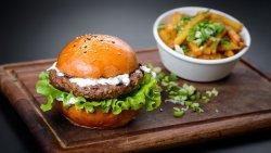 Burger oriental – miel și vită cu sos de iaurt și mentă image