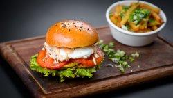 Veggie burger cu halloumi, ou și dovlecei marinați image