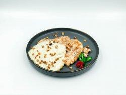 Pui grill cu sos gorgonzola și nuci image