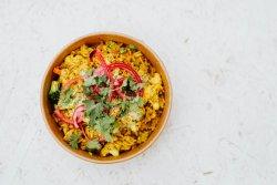 Orez prăjit cu pui, legume și ou image