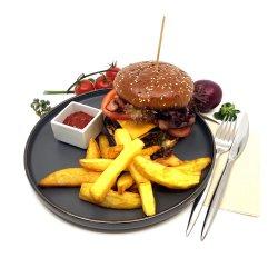 Cheseburger popaso cu carne de vită și cartofi prăjiți naturali image