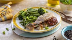 Pui umplut cu Mozzarella, Spanac, Roșii Secchi cu Legume Verzi image