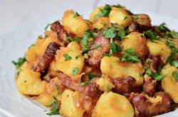 Cartofi cu baconșiceapăroșielatigaie image
