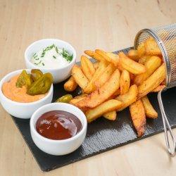 Cartofi prăjiți cu sos aioli și pătrunjel image