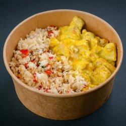 Pui cu orez și legume în sos curry image