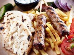 Kebab grecesc la farfurie image