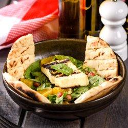 Salată de baby spanac cu halloumi image