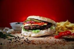 Burger vită cu cartofi prăjiți image