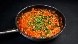 Mâncărică de năut, spanac, sos roșu vegan image