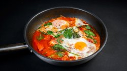 Shakshuka, 2 ouă, sos roșu picant, spanac image