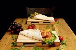 Meniu Chicken Wrap cu salată Coleslaw și cartofi prăjiți image