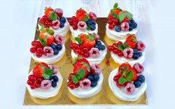 Platou Prăjituri Pavlova cu fructe proaspete image