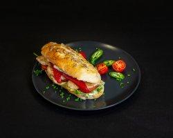 Sandwich cu pui și ardei copt image