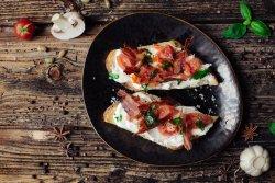 Bruschette cu riccotta, pancetta și roșii coapte image