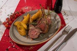 Cotlete de berbecuț New Zeeland cu cartofi wedges image