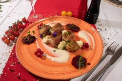 Piept de rață cu sos de fructe de pădure și cartofi mov image