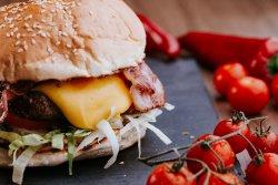 Cheeseburger cu garnitură de cartofi wedges  image