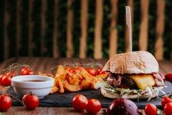 Burger cu garnitură de cartofi wedges  image