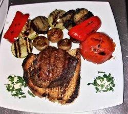Muşchi de vită la grătar cu garnitură de legume la grătar  image