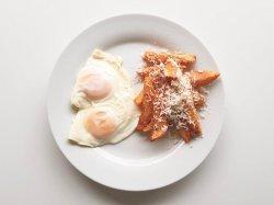 Meniu ouă ochiuri cu cartofi și brânză image