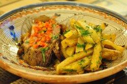 Ceafă de porc, coaptă încet cu cartofi rumeniți în untură, brânză tare și usturoi